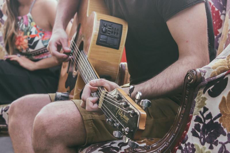 Maneiras de jogar violão. Jogar violão pode ser recompensador de muitas maneiras diferentes.