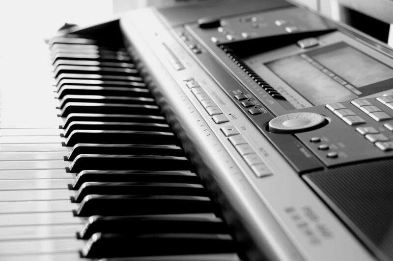 Instrumentos de teclas - Música com piano elétrico.