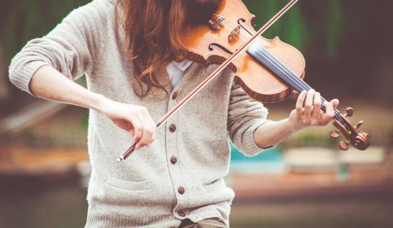 Tocando violino.